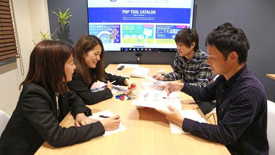 【大阪勤務】インストアPOPに特化した会社の『アイディアをカタチにする』グラフィックデザイナー《年間休日125日/完全週休2日制/残業代全支給》