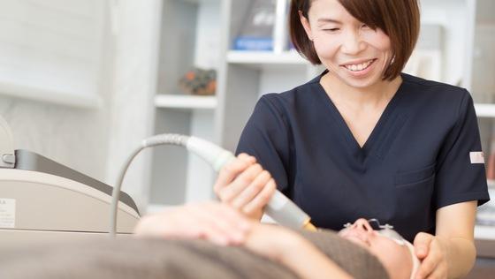 【未経験OK/福岡】皮膚科・美容皮膚科での受付・事務業務<未経験OK/美容施術の福利厚生/新規移転オープン予定/女性が働きやすい環境でママ社員も活躍中>