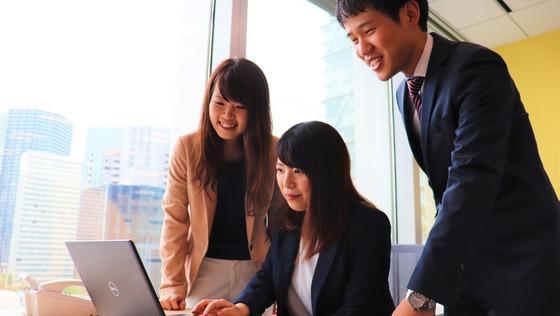 【総務】未経験・第二新卒歓迎!保育業界トップの東証一部上場企業で、戦略総務として経営と一体となった企画で会社を変革していきましょう!《残業月20時間程》